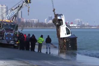 VIDEO: Momentul în care un camion e înghițit de un lac negru.