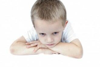 Cuvintele care sădesc neîncrederea în copii. Cum le gestionăm tristețea, furia sau frica