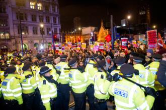 Revoltă în Marea Britanie după victoria lui Boris Johnson. Protestatarii furioși s-au bătut cu forțele de ordine