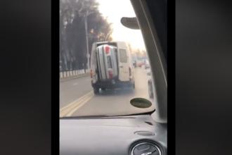 Imagini incredibile filmate în Suceava. O mașină a fost băgată într-o dubă