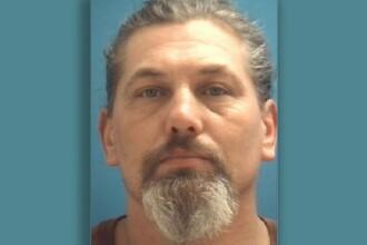 Un bărbat dat în urmărire în SUA a fost arestat după ce a sunat din greșeală la poliție
