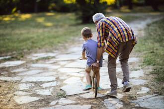 Indemnizația pentru bunicii care au grijă de nepoți. Ce spune proiectul de lege