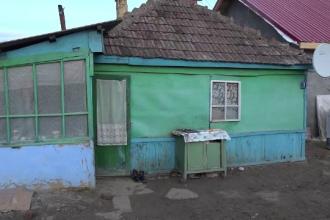 Gest impresionant. Un tânăr construiește o casă pentru o familie sărmană cu 5 copii