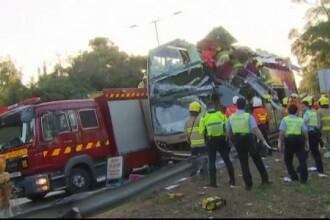 Șase oameni au murit după ce un autobuz supraetajat a intrat într-un copac