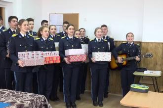 Elevii militari din Alba Iulia au luat rolul lui Moș Crăciun. Unde au împărțit daruri