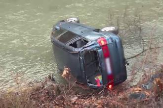 O familie a căzut cu maşina în râul Someş, din cauza poleiului de pe şosea