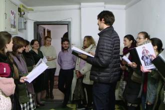 Motivul pentru care un grup de colindători din Iași refuză să primească bani. Ce le dau oamenii în schimb