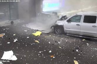 Panică în Florida. Un șofer drogat a trecut cu mașina prin peretele aeroportului. VIDEO