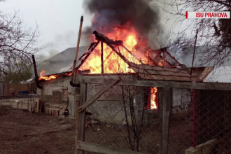 Scene de coșmar în prag de sărbători. Casa unei familii din Prahova înghițită de flăcări