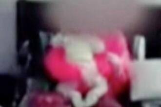 Imagini tulburătoare. Și-a bătut copilul de 1 an pentru că a întrerupt-o din jocuri VIDEO