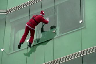 15 alpinişti costumaţi au coborât pe fațada unui spital. Reacția copiilor internați