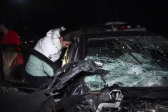 Imagini șocante în Argeș. O mașină făcută praf, după ce a intrat în plin într-o dubă