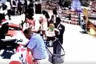 Imagini halucinante cu un paznic care fură un copil dintr-un cărucior de cumpărături