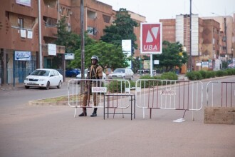Atac terorist în Burkina Faso. Peste 100 de persoane, printre care și civili, au murit
