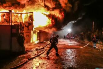Incendiu devastator la un depozit de lângă Capitală. Populația, avertizată de RO-ALERT