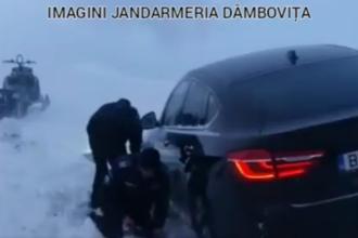 BMW scos cu lopeţile din zăpadă de jandarmi, în Dâmboviţa. Cine era în maşină