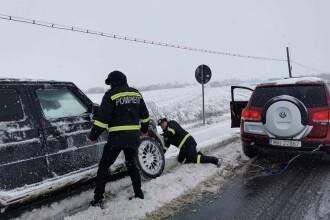 Vremea rea a afectat 7 județe. Zeci de mașini au rămas înzăpezite. GALERIE FOTO