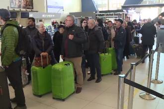 Aglomeraţie pe aeroporturi, înainte de Revelion. Pasageri cu cozonac în bagaje