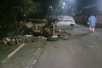 O căruță cu lemne s-a răsturnat peste un tânăr din Dâmbovița. Bărbatul a ajuns la spital