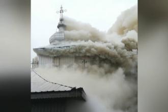 Biserică din Neamț mistuită de flăcări. Incendiul ar fi izbucnit de la o lumânare lăsată aprinsă