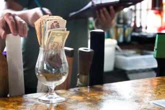 O chelneriță a primit un bacșiș de 2.000 de dolari. Cardul a fost refuzat la plată, dar patronul a decis să-i dea banii