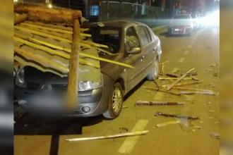 Vântul a făcut ravagii în Sibiu. Oamenii au aflat de pe Facebook că acoperișurile smulse de rafale le-au distrus mașinile