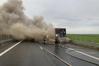 Un TIR a ars ca o torță pe autostradă, în Timiș. Ce s-a întâmplat cu șoferul