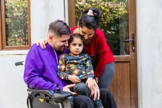 """Un tată imobilizat în scaun cu rotile și o casă distrusă de incendiu. Povestea emoționantă a familiei, la """"Visuri la cheie"""""""