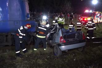 O mașină, spulberată de tren în județul Mureș. Șoferul, în vârstă de 22 de ani, și-a pierdut viața