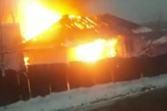 O casă a ars ca o torță în județul Botoșani, iar un tânăr a rămas pe drumuri. A existat pericol de explozie