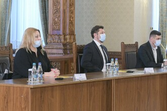 Delegația partidului AUR i-a făcut un cadou lui Iohannis, la consultările de la Cotroceni