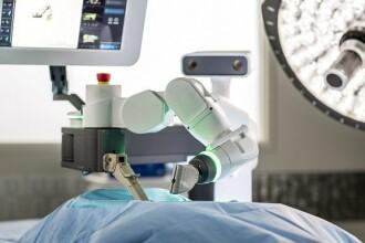 Un tânăr care risca să rămână paralizat a reuşit să meargă a doua zi după o operaţie cu robotul Mazor X