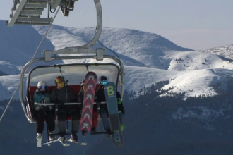 S-a dat startul sezonului de schi la Sinaia. Sute de persoane și cozi mari în prima zi