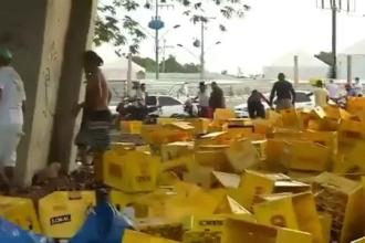 Un TIR cu bere s-a răsturnat pe marginea drumului în Brazilia. Zeci de oameni au început să fure marfa