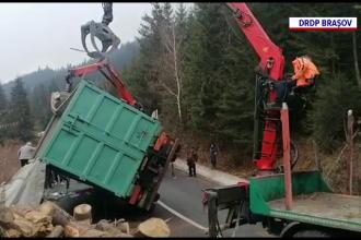 Pericol pe un drum din Harghita, după ce un TIR cu lemne s-a răsturnat