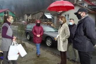 Membrii Familiei Regale au împărțit cadouri mai multor familii nevoiașe din comuna Săvârșin