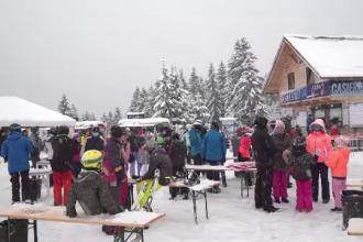 Vis îndeplinit pentru turiștii care au ajuns la munte. A nins, iar stațiunile s-au animat de la primii fulgi