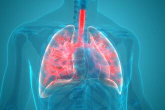 Un medic pneumolog explică problemele respiratorii ale unui pacient vindecat de COVID-19