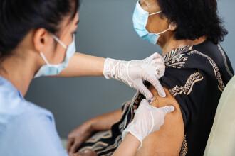 """O femeie din Bacău a murit în ziua în care s-a vaccinat. CNCAV: """"Suprapunere de evenimente fără legătură cu vaccinarea"""""""