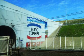 Bărbat arestat după ce a parcurs pe jos tunelul dintre Anglia și Franța. Cum a reușit să rămână în viață