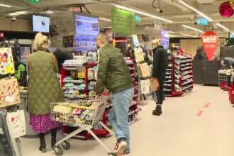 Îmbulzeală la cumpărăturile de Revelion. Mulţi fac provizii pentru petrecerile de acasă