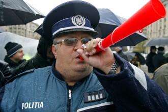 Criza, frate! Politistii transporta infractorii cu tramvaiul!