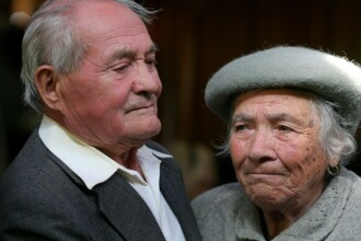 Impinsi de nevoi, pensionarii se inghesuie la mancare aproape stricata