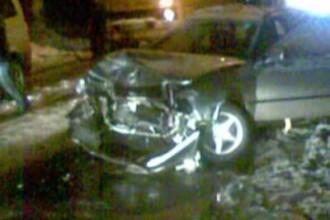 Accident cu doi morti in Bucuresti, dupa ce o masina a intrat intr-un copac