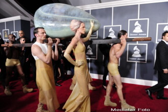 Ce i-a mai clocit mintea? Lady GaGa a stat 3 ore intr-un ou la gala Grammy