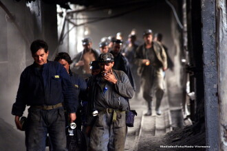 Au inceput protestele in Valea Jiului. Sute de mineri s-au adunat la negocieri