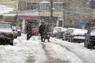 Iarna este nemiloasa in Moldova. Ambulante blocate in nameti, sute de scoli inchise