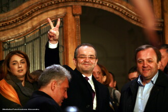 Emil Boc si-a dat demisia din functia de premier si a iesit din Guvern in aplauzele ministrilor