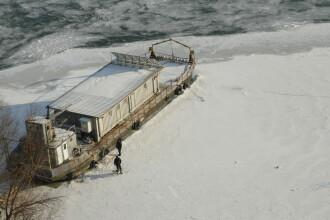 Pericol de dezastru ecologic pe Dunare. Gheata a blocat in port doua barje cu ingrasaminte chimice