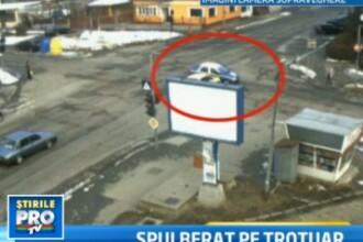 IMAGINI CAMERA DE SUPRAVEGHERE. Barbat spulberat de un taxi pe trotuar, langa sectia de politie